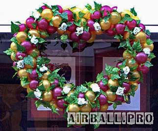 Сердце из воздушных шаров с цветами и листьями