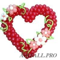 Сердце из воздушных шаров с ромашками из шаров и лентами